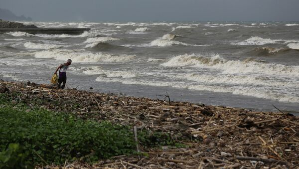 A man walks along the shore as strong waves from Typhoon Hagupit hit Atimonan, Quezon province, eastern Philippines on Saturday, Dec. 6, 2014 - Sputnik Italia