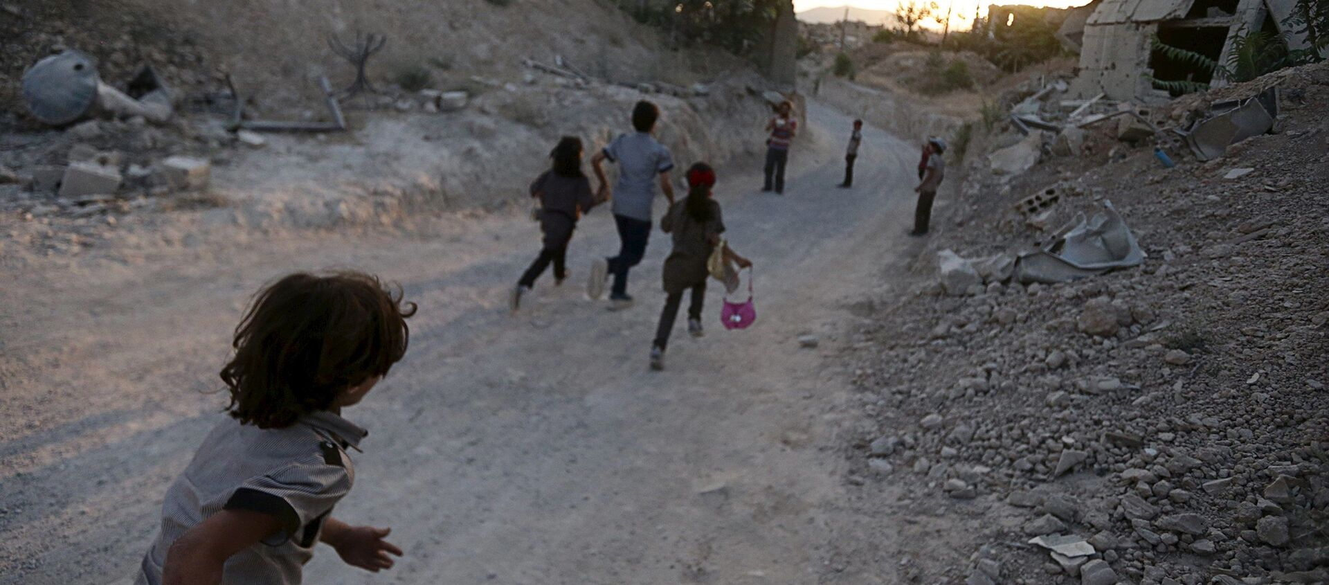 I bambini in una città occupata dai combattenti vicino a Damasco - Sputnik Italia, 1920, 17.06.2018