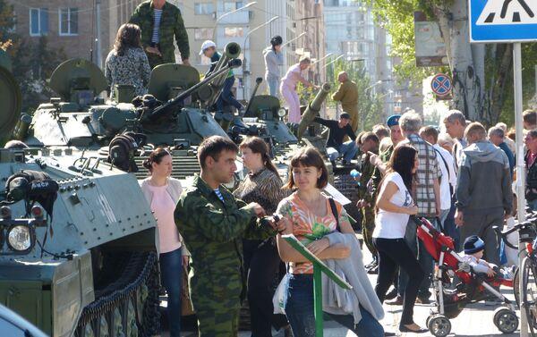 Spettatori parlano con i partecipanti alla parata e guardano i veicoli militari - Sputnik Italia