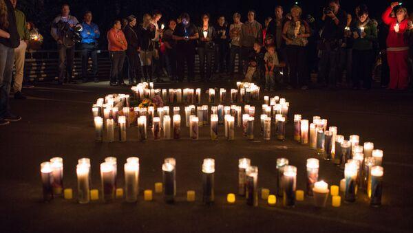 La gente dopo la sparatoria del 1 ottobre a Roseburg, Oregon - Sputnik Italia