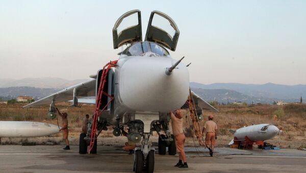 Il personale tecnico alla manutenzione dell'aereo russo Su-24 nell'aeroporto Hmeimim in Siria. - Sputnik Italia