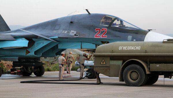 Il personale tecnico alla manutenzione dell'aereo russo Su-34 nell'aeroporto Hmeimim in Siria. - Sputnik Italia