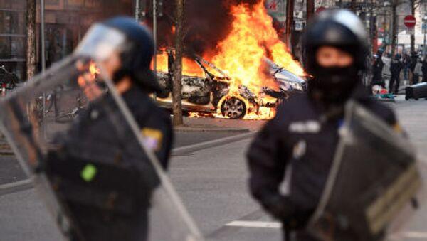 Полицейская машина горит на улице Франкфурта - Sputnik Italia