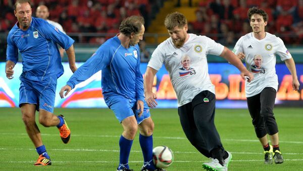 Ramzan Kadyrov salta Franco Baresi - Sputnik Italia