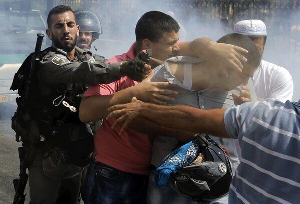 La guardia di frontiera arresta un protestante in un quartiere arabo a Gerusalemme. - Sputnik Italia
