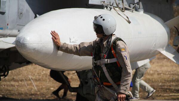 Il pilota russo presso il suo aereo in Siria - Sputnik Italia