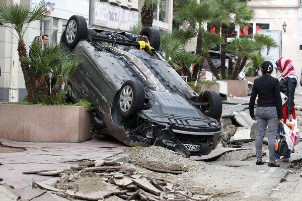 Una macchina travolta dopo l'alluvione a Cannes nel sud della Francia. - Sputnik Italia