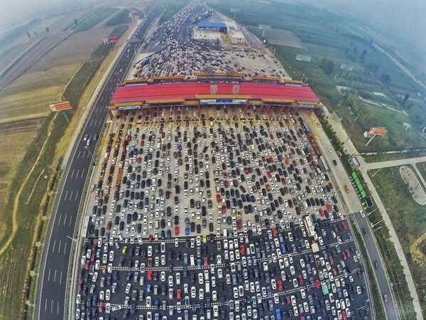 Un grande congestionamento all'entrata a Pechino dopo la fine del Giorno Nazionale in Cina. - Sputnik Italia