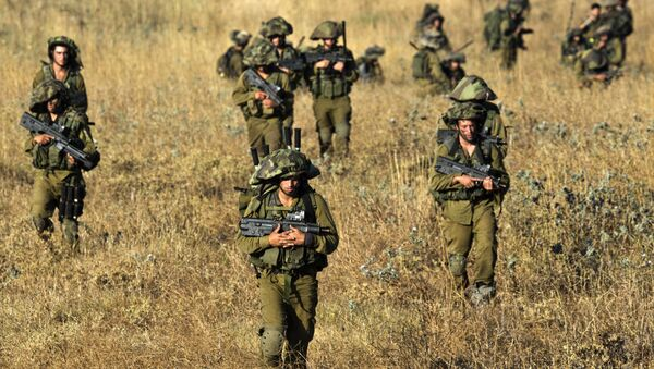 Israeli soldiers from the Golani Brigade take part in a military exercise in the Israeli-annexed Golan Heights near the border with Syria on June 26, 2013 - Sputnik Italia