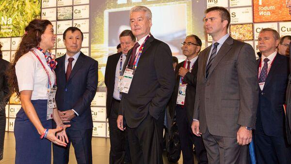 Il sindaco di Mosca Sobyanin insieme a Sergey Bondarenko, direttore del padiglione russo - Sputnik Italia