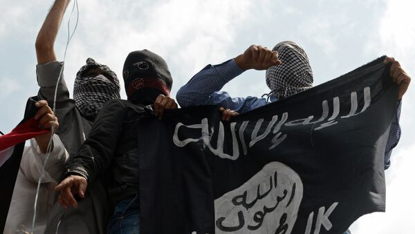 Kashmiri demonstrators hold up a flag of the Islamic State of Iraq and the Levant (ISIL) during a demonstration against Israeli military operations in Gaza, in downtown Srinagar on July 18, 2014 - Sputnik Italia