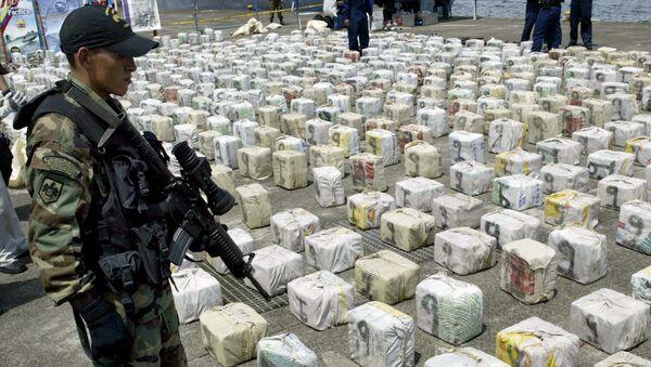 Un soldato colombiano fa la guardia della cocaina - Sputnik Italia