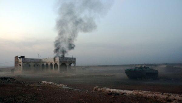 Siria, un carro armato brucia vicino all'area del Monte Azzan. - Sputnik Italia