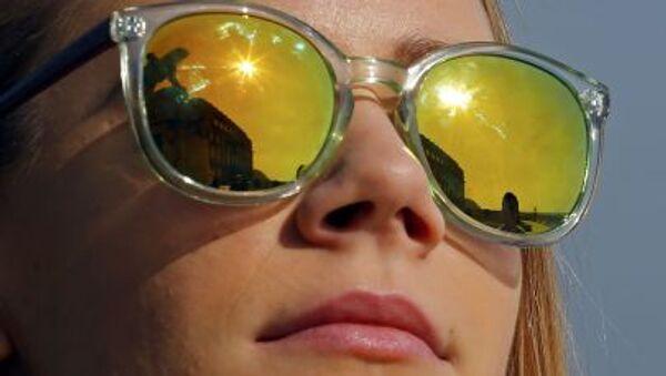 Budapest, una ragazza con gli occhiali da sole osserva l'eclisse. - Sputnik Italia
