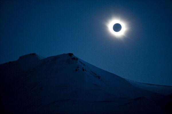 L'eclisse di sole nel cielo di Svalbard, Norvegia. - Sputnik Italia