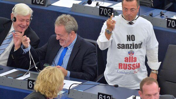 L'eurodeputato Buonanno con la maglietta contro le sanzioni alla Russia - Sputnik Italia