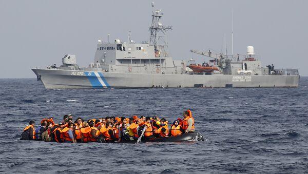 Rifugiati siriani chiedono aiuto ad una nave militare - Sputnik Italia