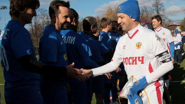 Il vicepremier russo Arkady Dvorkovich stringe la mano ai giocatori della nazionale dei diplomatici italiani - Sputnik Italia
