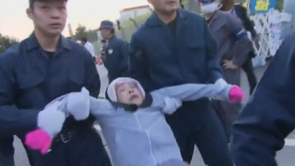 Manifestante portato via dalla polizia ad Okinawa - Sputnik Italia