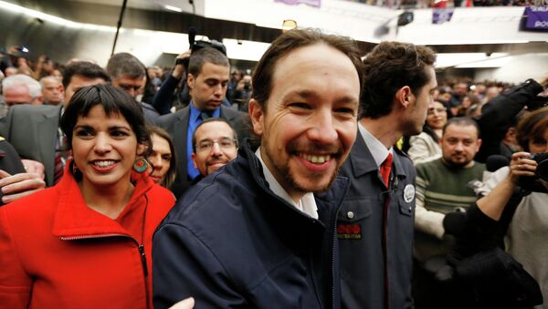Pablo Iglesias, Secretary General of Spanish Podemos party, and party member Teresa Rodriguez (L) attend a party meeting in the Andalusian capital of Seville, January 17, 2015. - Sputnik Italia
