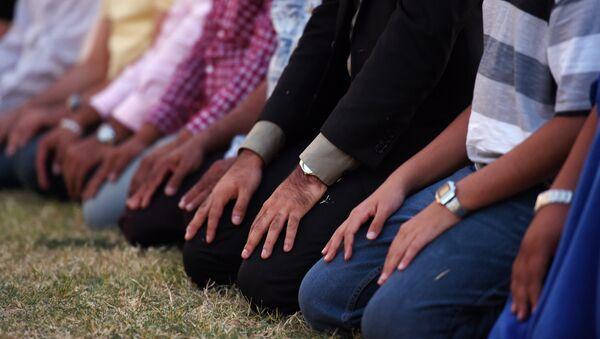 Musulmani in preghiera - Sputnik Italia