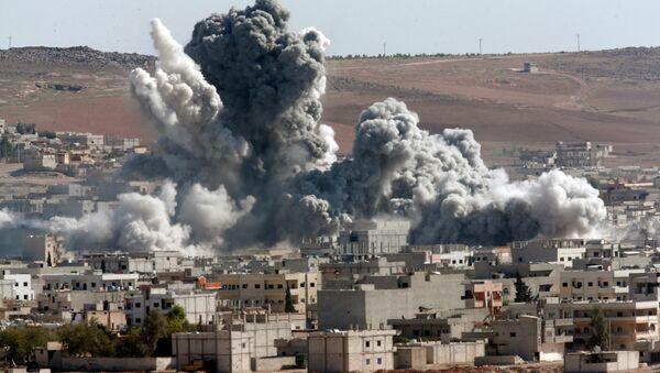 La città siriana di Kobane bombardata dalla coalizione guidata dagli USA - Sputnik Italia