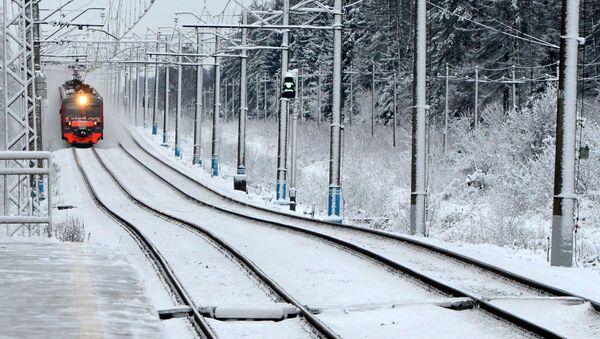 Un treno suburbano arriva alla stazione nei pressi di Mosca. - Sputnik Italia