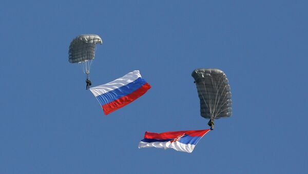 Serbian soldiers parachute from a transport helicopter with Russian, left and Serbian flags during the Russian-Serbian joint antiterrorist exercise. (File) - Sputnik Italia
