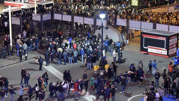 Футбольные болельщики покидают стадион Stade de France, около которого произошли взрывы - Sputnik Italia