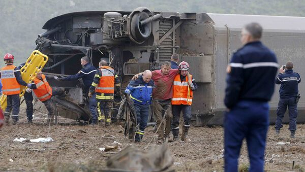 Rescue workers carry a victim from the wreckage of a test TGV train that derailed and crashed in a canal outside Eckwersheim near Strasbourg, eastern France, November 14, 2015 - Sputnik Italia