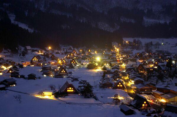 Il villaggio storico di Shirakawa-gō sotto la neve, Honshū, Giappone. - Sputnik Italia