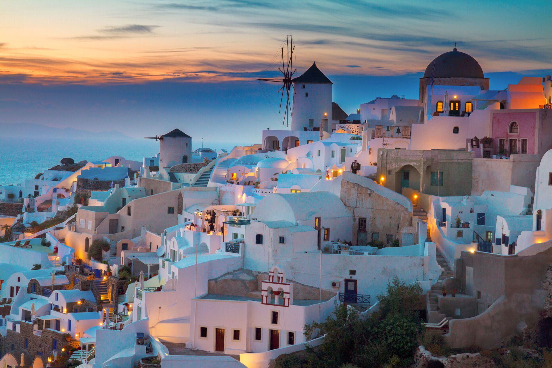 La veduta serale sull'isola Santorini nel mar Egeo in Grecia. - Sputnik Italia, 1920, 07.10.2021