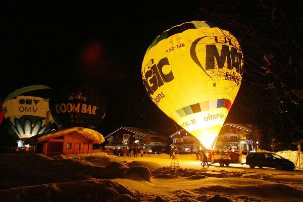 Il lancio delle mongolfiere durante la Balloon Night tradizionale in un villaggio austriaco di Filzmoos. - Sputnik Italia