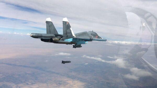 Un caccia Su-35 durante un raid a Raqqa - Sputnik Italia