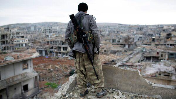 Un combattente straniero sulle macerie di Homs in Siria - Sputnik Italia