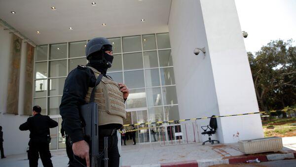 Il poliziotto tunisino davanti all`entrata nel Museo del Bardo - Sputnik Italia