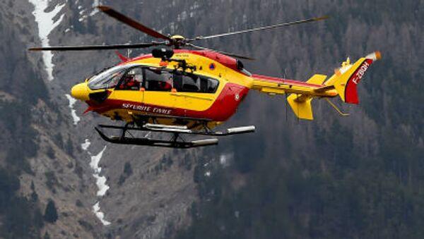 Un elicottero sorvola la zona dello schianto dell'Airbus A320 sulle Alpi francesi - Sputnik Italia