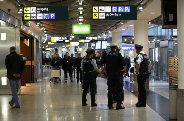 Poliziotti all'aeroporto di Dusseldorf - Sputnik Italia