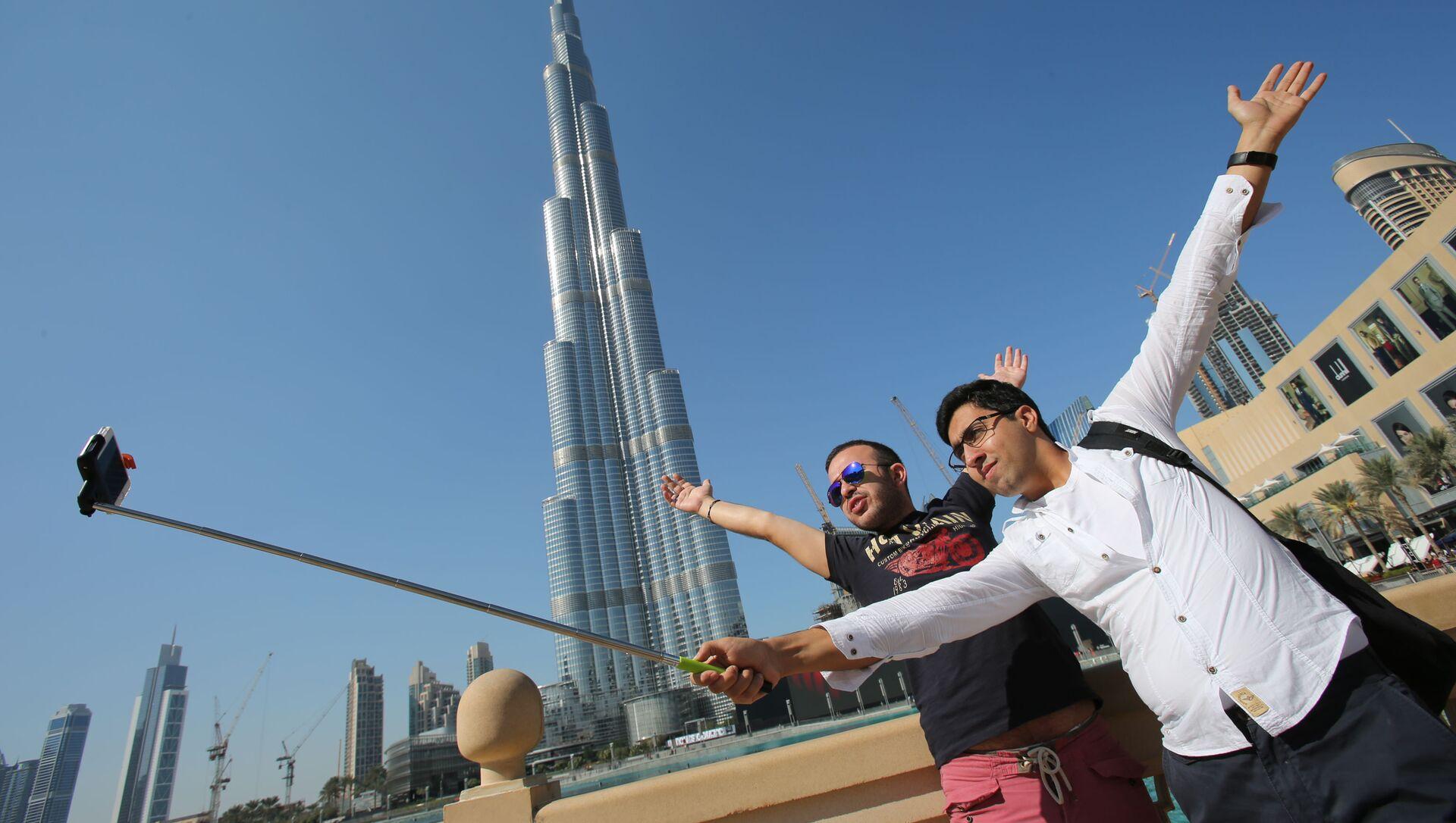 Туристы у небоскреба Бурдж-Халифа в Дубае - Sputnik Italia, 1920, 22.04.2021