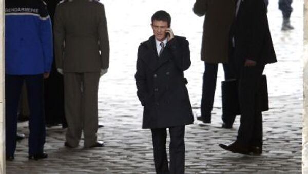 French Prime Minister Manuel Valls talks on his mobile phone before a military ceremony in the courtyard of the Invalides in Paris March 24, 2015. - Sputnik Italia