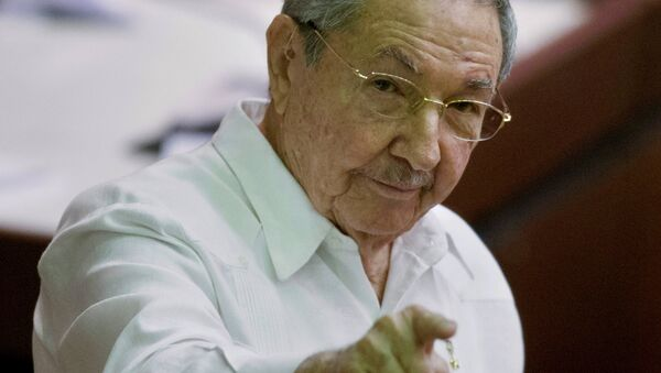 Cuba's President Raul Castro points to the press during the closing of the legislative session at the National Assembly in Havana - Sputnik Italia