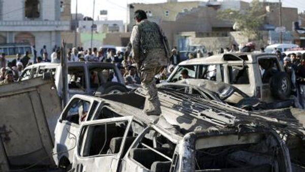 Auto carbonizzate dopo il bombardamento su Sanaa. - Sputnik Italia
