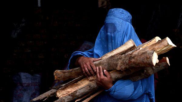 Una donna indossa il burqa - Sputnik Italia