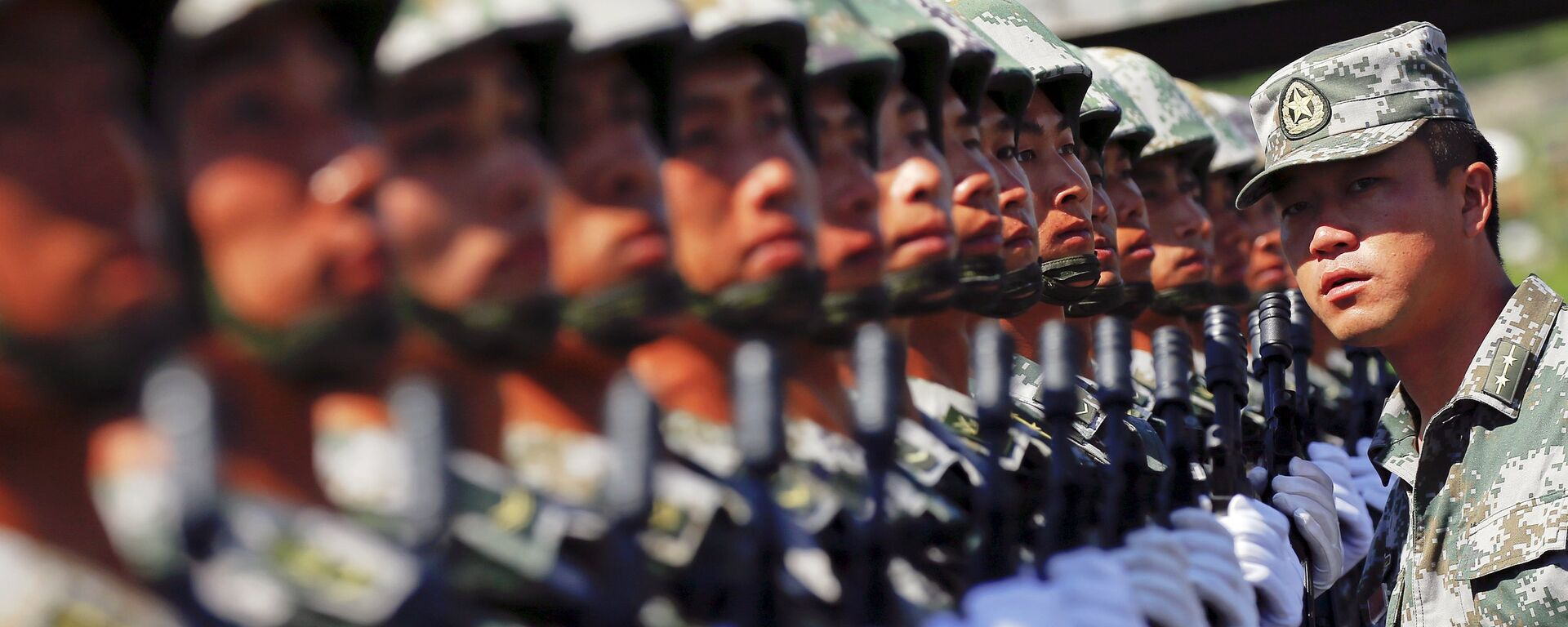 An officer gives instructions as soldiers of China's People's Liberation Army form a line during a training session for a military parade to mark the 70th anniversary of the end of World War Two, at a military base in Beijing, China, August 22, 2015 - Sputnik Italia, 1920, 02.07.2021