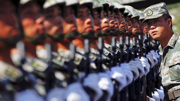 An officer gives instructions as soldiers of China's People's Liberation Army form a line during a training session for a military parade to mark the 70th anniversary of the end of World War Two, at a military base in Beijing, China, August 22, 2015 - Sputnik Italia