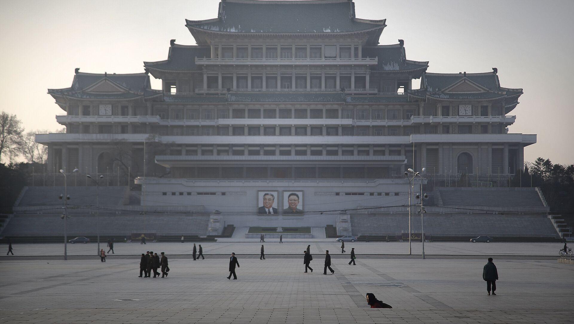 Cittadini nordcoreani passeggiano sulla piazza dedicata a Kil Il Sung a Pyongyang - Sputnik Italia, 1920, 25.02.2021