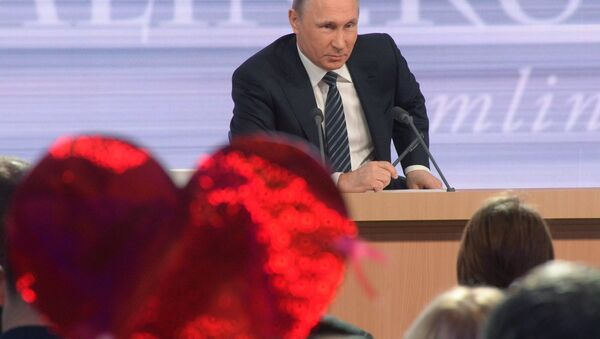 Vladimir Putin risponde alle domande dei giornalisti - Sputnik Italia