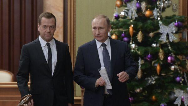 Председатель правительства РФ Дмитрий Медведев и президент РФ Владимир Путин на встрече российского президента с членами правительства РФ - Sputnik Italia