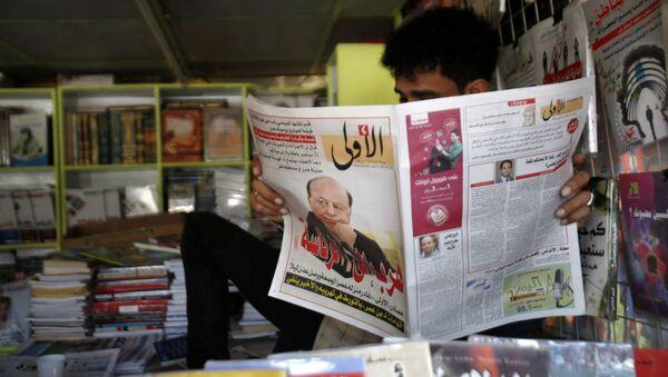 Житель Йемена читает газету, с изображенным на главной странице бывшим президентом Абд Раббо Мансур Хади - Sputnik Italia