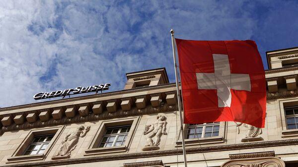 La bandiera svizzera di fronte a una banca - Sputnik Italia